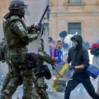 Kravallpolis och demonstranter i Colombias huvudstad Bogota den 21 november 2019.