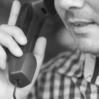 Man talar i telefon