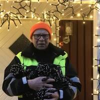 Det har tagit Kjell Runemyr fem hela helger att sätta upp alla lampor. Eftersom han har gjort det i snart 30 år och dessutom jobbar med bland annat ljusuppsättning är han rutinerad.