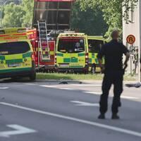 Ambulanser och en brandbil.