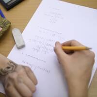 En studerande som skriver matteprov.