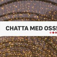 """Grafiktext i pratbubbla där det står """"Chatta med oss"""", belysning i bakgrunden."""