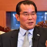 – Det är som en 48-kilos lättviktsboxare som provocerar fram en boxningsfajt med en 86-kilos tungsviktsboxare, säger kinas ambassadör i Sverige Gui Congyou om svenska medier.