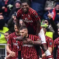 Milan jublar efter att Ante Rebic gjort 3-2 på stopptid mot Udinese.
