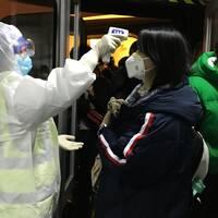 I Kina har nu feberkontroller införts för passagerare som anländer till Peking från staden Wuhan där coronaviruset bröt ut.