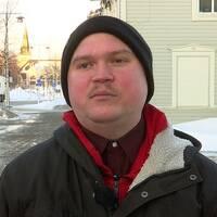en ung man ute på en vintrig stadsgata