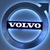 Volvos logga och avgasrör.