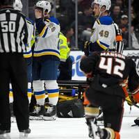 Oroade spelare efter att St. Louis-backen Jay Bouwmeester kollapsat i avbytarbåset.