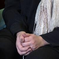 Maria, som egentligen heter något annat, sitter med händerna ihop och berättar om våldets hon utsatts för.