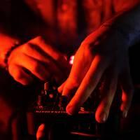 En dj spelar musik. Arkivbild.
