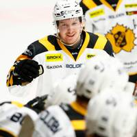 Skellefteås Niclas Burström grattas efter 1-2 under torsdagens ishockeymatch i SHL mellan IK Oskarshamn och Skellefteå AIK på Be-Ge Hockey Center.