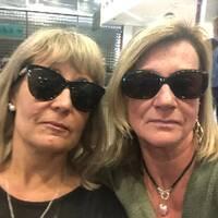 Susanne Mörk och hennes vän Malin Öjerhed på flyget som ska ta dem tillbaka till Göteborg.
