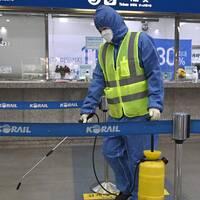 En arbetare i Sydkorea desinficerar en pendeltågsperrong i Daegu.