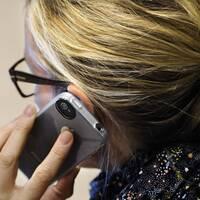 Bild på 1177:s logga. Bild på en kvinna pratar i en smartphone.
