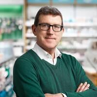 pressbild på en medelålders man i en apoteksaffär, samt suddig bild med silhuett av en man
