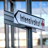 """En skylt med texten """"intensivakut"""" utanför ett sjukhus."""