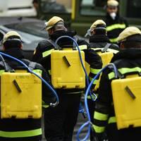 Militär desinficerar miljön utanför ett vårdhem i Pamplona, Spanien, för att minska risken för smittspridning.