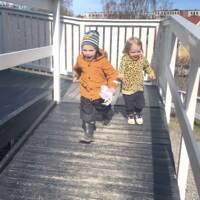 två barn springer ut från förskola