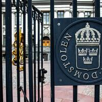 Det har gått tio år sedan våldtäkten. Nu kan Max fall omprövas i Högsta domstolen. Bild på Högsta domstolens grindar.