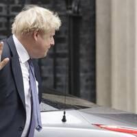 Boris Johnson vill hålla det nuvarande brexitschemat, trots coronapandemin som skakar hela Europa.