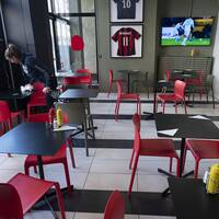Många restauranger har sett dagskassorna drastiskt minska på grund av coronakrisen. På restaurangen Stippes i Malmö har man spridit ut borden för att anpassa sig till de nya reglerna för att minska risken för spridning av coronaviruset. Arkivbild.