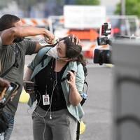 En reporter i Minnesota sköljer sitt öga.