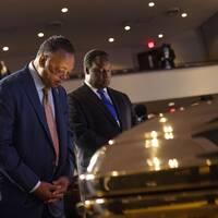 T.v medborgarrättsaktivisten Jesse Jackson vid George Floyds gyllene kista. T.h baptistpastorn Al Sharpton som var huvudtalare under minnesstunden.