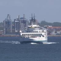 Färja stävar över Öresunds blåa vatten