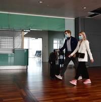 Resenärer med munskydd på Arlanda flygplats. Arkivbild.