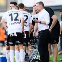 Örebrotränaren Axel Kjäll med spelare under en match i allsvenskan.
