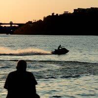 Fler kör vårdslöst i sjötrafiken, enligt polisens statistik för det första halvåret av 2020. Sjöpolisen i Stockholm menar att det hänger ihop med vårdslösa vattenskoterförare. Arkivbild.