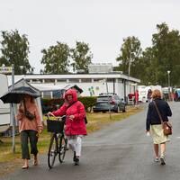Regnklädda semesterfirare på en camping i Simrishamn.