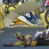 Dylan Groenewegen lider med den allvarligt skadade Fabio Jakobsen.