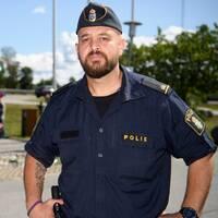 Martin Lazar, kommunpolis i Botkyrka, känner en stor bedrövelse över mordet på 12-åriga flickan.