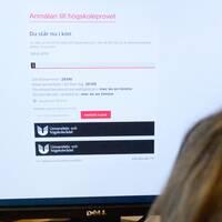 Anmälan till årets högskoleprov har öppnat. Men platserna är färre än vanligt och de som önskar skriva provet får sätta sig i ett digitalt väntrum.