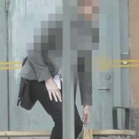 Bilden visar polisens foto på den misstänkta 47-åringen samt ett utdrag ur den krypterade chatten som polisen fått ta del av. På bilden syns även narkotika som 47-åringen misstänks hanterat och sålt.
