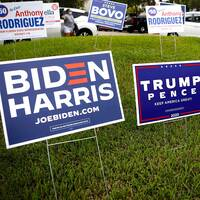 Skyltar med reklam för Trump/Pence och Biden/ Harris