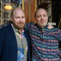 Henrik Dorsins och Michael Lindgren vid Scalateaterns entré.