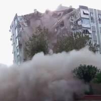 Se hur byggnaden i Izmir kollapsar