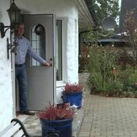 Man vid dörr, två män som ska hämta covid-prov