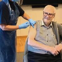En man boende på ett äldreboende i Kullavik till vänster, och samme man när han blir vaccinerad mot covid-19