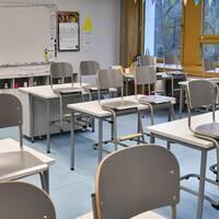 Ett tomt klassrum samt en bild på Lisa Edholm.