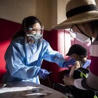 Invånare i Los Angeles, USA, vaccineras mot coronaviruset.