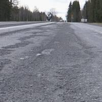 Afaltsväg med bortnött asfalt.