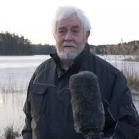 Bilden visar Casten von Otter framför sjön han gick igenom isen.