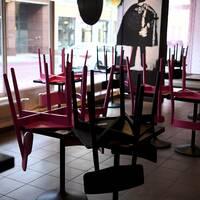 Stängd restaurang i Helsingfors gapar tom.