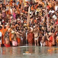 Människor som badar i floden Ganges.