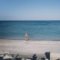 En turist fotograferar havet vid ett charterhotell i Kolymbia på Rhodos.