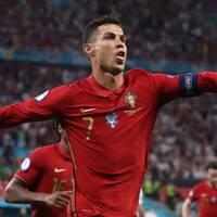 Cristiano Ronaldo gjorde två mål på Frankrike.