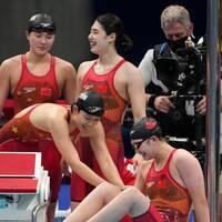 Kina (till vänster) vann den högklassiga finalen på 4x200 meter frisim. Australien (till höger) var också under det tidigare världsrekordet.